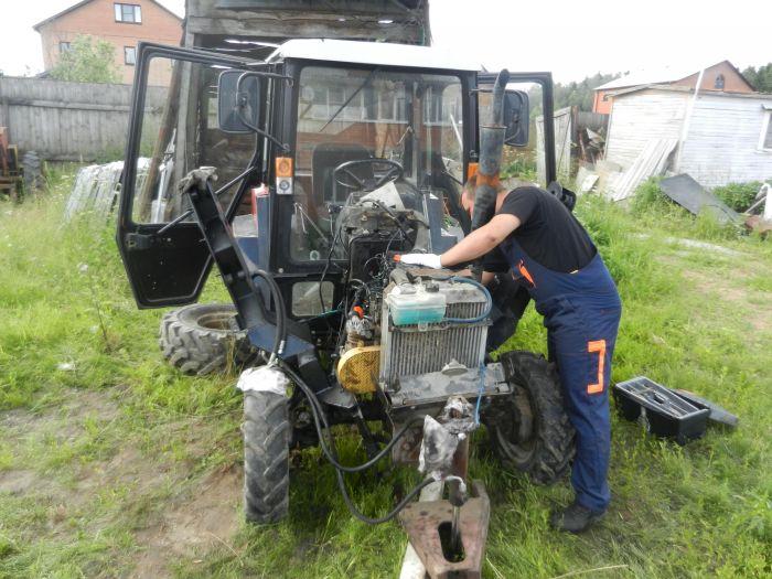 Слесарь производит ремонт техники